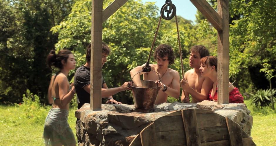 El grupo de estudiantes en el pozo